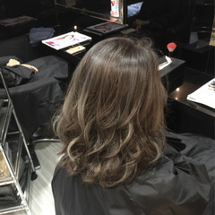 ミディアム グレー 外国人風 ウェーブ ヘアスタイルや髪型の写真・画像