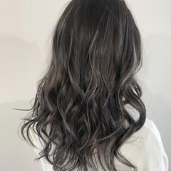 ロング 大人ハイライト アッシュベージュ フェミニン ヘアスタイルや髪型の写真・画像