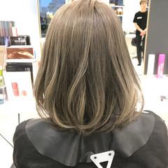 グレージュ アッシュ ベージュ ハイトーン ヘアスタイルや髪型の写真・画像