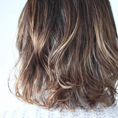ナチュラル 大人ハイライト ホワイトハイライト ミディアム ヘアスタイルや髪型の写真・画像