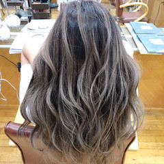 ロング グレージュ フェミニン ブリーチ ヘアスタイルや髪型の写真・画像