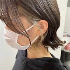 ショートヘア イヤリングカラーベージュ 切りっぱなしボブ インナーカラー ヘアスタイルや髪型の写真・画像