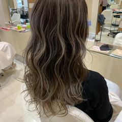 バレイヤージュ ブリーチ ロング グレージュ ヘアスタイルや髪型の写真・画像