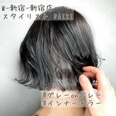 インナーカラーグレージュ 切りっぱなしボブ ミニボブ ミルクティーベージュ ヘアスタイルや髪型の写真・画像