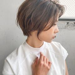 グレージュ 透明感 レイヤースタイル 前髪あり ヘアスタイルや髪型の写真・画像