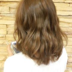 ミディアム グレージュ ナチュラル フェミニン ヘアスタイルや髪型の写真・画像