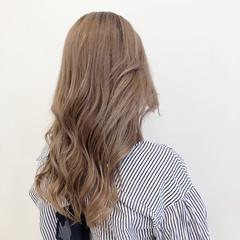 ロング ミルクティーグレージュ ミルクティーベージュ 巻き髪 ヘアスタイルや髪型の写真・画像