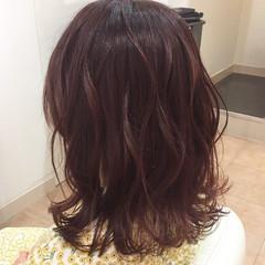 セミロング ゆる巻き 外巻きパーマ ガーリー ヘアスタイルや髪型の写真・画像