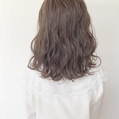 パーマ 透明感カラー ミディアム グレージュ ヘアスタイルや髪型の写真・画像
