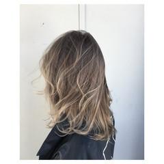 グレージュ セミロング アッシュ フェミニン ヘアスタイルや髪型の写真・画像