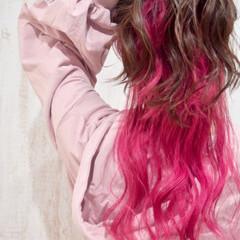 イベントカラー ラズベリーピンク フェミニン インナーカラー ヘアスタイルや髪型の写真・画像