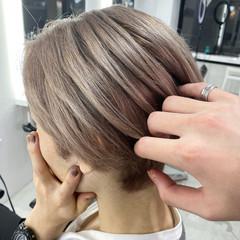 ナチュラル グレージュ ブリーチ ショート ヘアスタイルや髪型の写真・画像