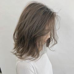アッシュベージュ ベージュ セミロング ナチュラル ヘアスタイルや髪型の写真・画像