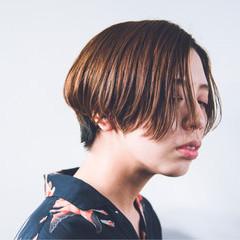 ショート ナチュラル インナーカラー センターパート ヘアスタイルや髪型の写真・画像