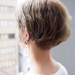 ショート 切りっぱなし グレージュ 外ハネ ヘアスタイルや髪型の写真・画像