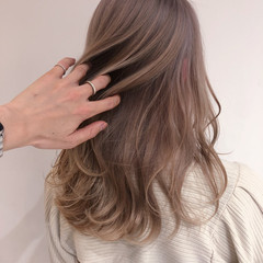 ロング ナチュラル ミルクティーブラウン ミルクティーアッシュ ヘアスタイルや髪型の写真・画像