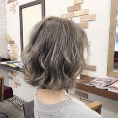 ホワイトアッシュ ウェーブ ゆるふわ 大人かわいい ヘアスタイルや髪型の写真・画像