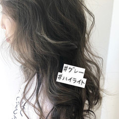 グレージュ ロング ナチュラル 大人ハイライト ヘアスタイルや髪型の写真・画像