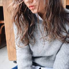 ロング ウェットヘア センターパート 外国人風 ヘアスタイルや髪型の写真・画像
