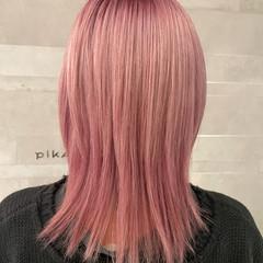 ミディアム ウルフカット ピンク ストリート ヘアスタイルや髪型の写真・画像