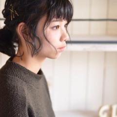 セミロング 黒髪 パーマ ワイドバング ヘアスタイルや髪型の写真・画像