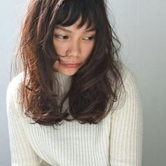 暗髪 パーマ セミロング 外国人風 ヘアスタイルや髪型の写真・画像