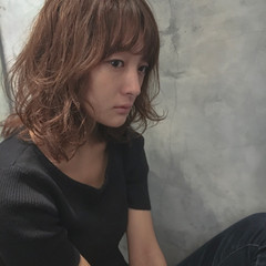 ミディアム グレージュ デジタルパーマ アッシュ ヘアスタイルや髪型の写真・画像