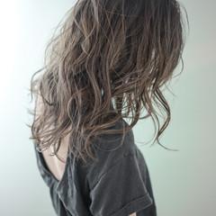 グラデーションカラー ウェーブ アッシュ ナチュラル ヘアスタイルや髪型の写真・画像