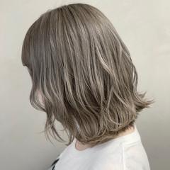 アッシュグレージュ 波ウェーブ フェミニン グレージュ ヘアスタイルや髪型の写真・画像