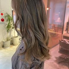 セミロング ブリーチカラー オリーブベージュ アッシュブラウン ヘアスタイルや髪型の写真・画像