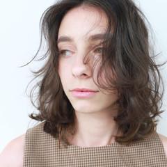外国人風 ミディアム くせ毛風 暗髪 ヘアスタイルや髪型の写真・画像
