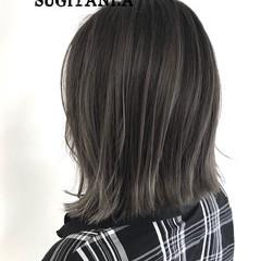グレージュ 外ハネ ハイトーン イルミナカラー ヘアスタイルや髪型の写真・画像