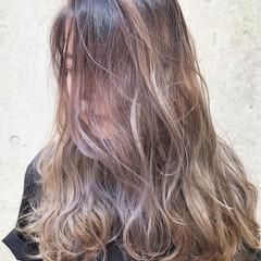 バレイヤージュ ロング ストリート グレージュ ヘアスタイルや髪型の写真・画像
