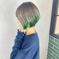 ナチュラル ショート インナーカラー インナーグリーン ヘアスタイルや髪型の写真・画像