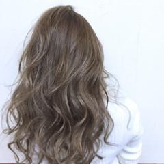 ロング ナチュラル フェミニン グレージュ ヘアスタイルや髪型の写真・画像