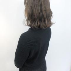 アッシュグレージュ ミディアム ナチュラル アッシュグレー ヘアスタイルや髪型の写真・画像