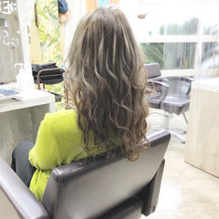 ミルクティーベージュ セミロング ブリーチオンカラー エレガント ヘアスタイルや髪型の写真・画像