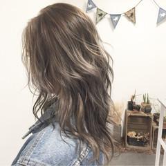 グレージュ ウェーブ ルーズ セミロング ヘアスタイルや髪型の写真・画像