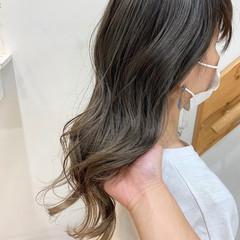 ブリーチカラー バレイヤージュ グレージュ ナチュラル ヘアスタイルや髪型の写真・画像