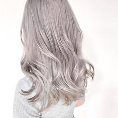 ナチュラル セミロング ホワイトシルバー ブリーチオンカラー ヘアスタイルや髪型の写真・画像
