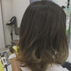 ミディアム グラデーションカラー ストリート グレージュ ヘアスタイルや髪型の写真・画像
