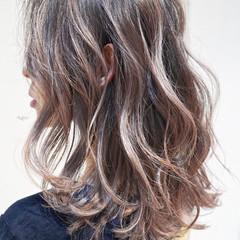 グレージュ ハイライト ミディアム バレイヤージュ ヘアスタイルや髪型の写真・画像