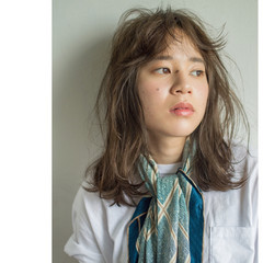 カーキ 外国人風 グレージュ カール ヘアスタイルや髪型の写真・画像