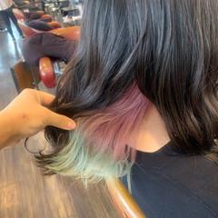 グリーン ピンク インナーカラー ガーリー ヘアスタイルや髪型の写真・画像