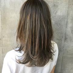 ミディアム ミディアムレイヤー 大人ハイライト レイヤーカット ヘアスタイルや髪型の写真・画像