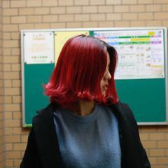 チェリーレッド ミディアム ストリート レッドカラー ヘアスタイルや髪型の写真・画像