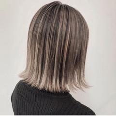 ミルクティーベージュ アッシュベージュ バレイヤージュ ハイライト ヘアスタイルや髪型の写真・画像