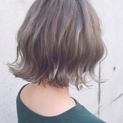 グレージュ ハイライト 外ハネ 切りっぱなし ヘアスタイルや髪型の写真・画像