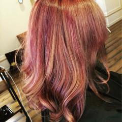 ガーリー ピンク 巻き髪 ローライト ヘアスタイルや髪型の写真・画像