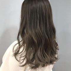 アッシュベージュ ウェーブ セミロング ハイライト ヘアスタイルや髪型の写真・画像